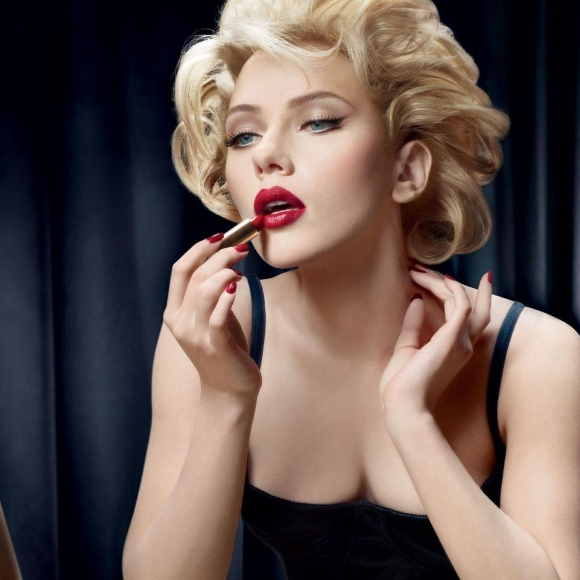 scarlett_johansson_makeup_mirror_reflection_lipstick_64203_2048x2048